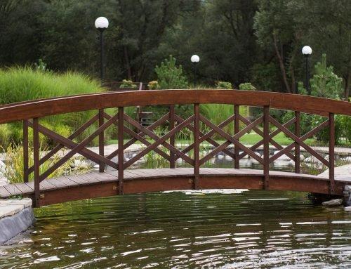 Zelf een bruggetje over je vijver bouwen